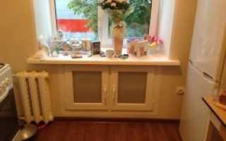 Шкафы под окном на кухне