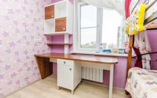 Письменный стол для школьника вдоль окна