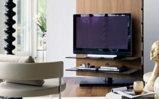 Телевизор у окна в гостиной