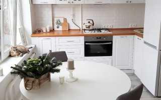 Белая кухня с белой столешницей в интерьере
